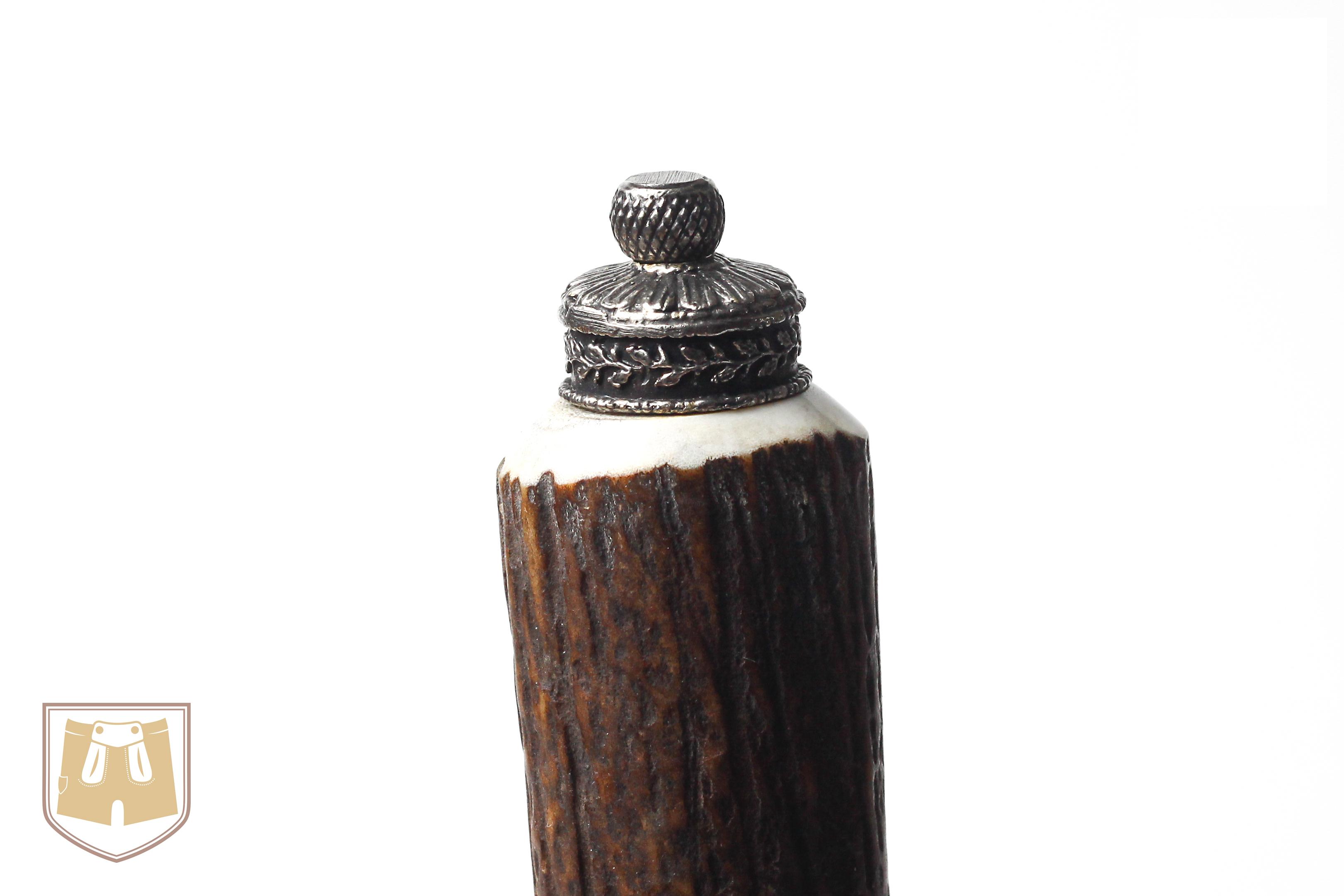 Bayerisches Trachtenflascherl mit kleiner Schnupftabakdose als Abschlussfigur