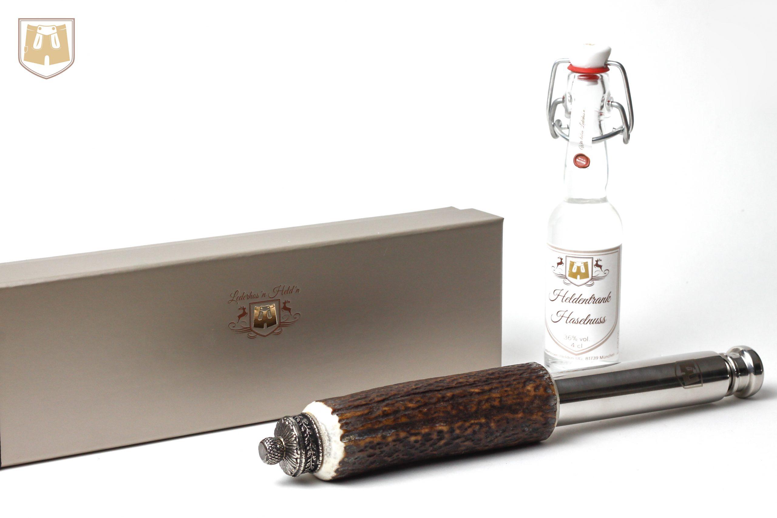 So geht bayerisch: Edles Schnapsflascherl für die Trachtenhose, mit integrierter Schnupftgabakdose